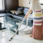 掃除機で室内を掃除